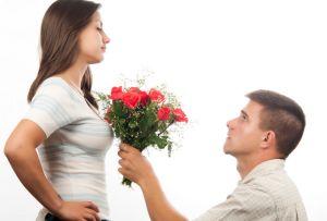 парень просит у девушки прощения на коленях