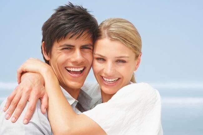 счастливая пара на фоне океана